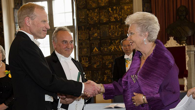 Lars-Backsell-and-Thomas-Eldered-receive-medal-from-Princesse-Christina