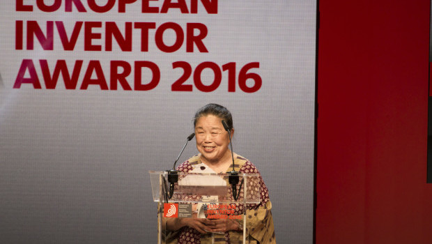 UK scientist Helen Lee receives the Popular Prize of the European Inventor Award 2016 at the award ceremony in Lisbon on 9 June