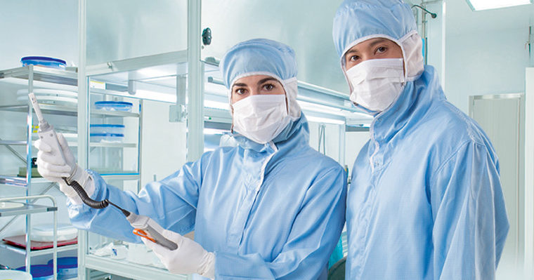 Vaisala_LifeSharing-Tissue-Storage-story_Man_and_woman_in_cleanroom